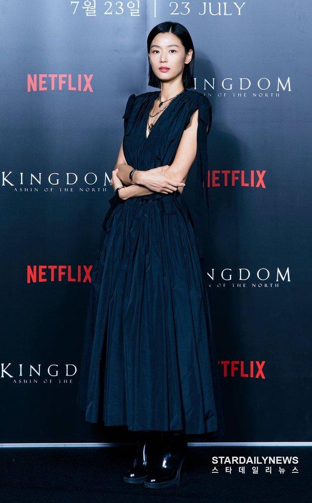 Xuống tóc sau tin đồn ly hôn, Jeon Ji Hyun vẫn đẹp nhức nách trong họp báo Kingdom: Ashin Of The North - Ảnh 1.