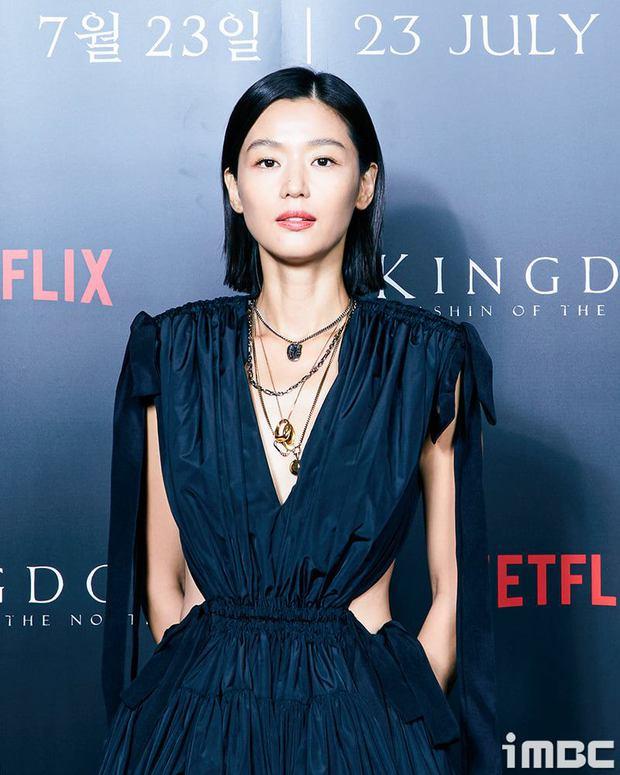 Xuống tóc sau tin đồn ly hôn, Jeon Ji Hyun vẫn đẹp nhức nách trong họp báo Kingdom: Ashin Of The North - Ảnh 2.