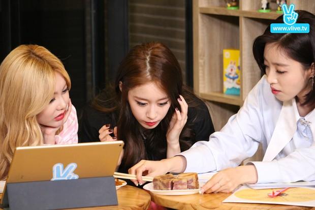 Một thành viên nhóm nhạc huyền thoại Kpop khoe cảnh ăn một lúc 3 món Việt, còn cố viết đúng tên món phở bò yêu thích? - Ảnh 4.