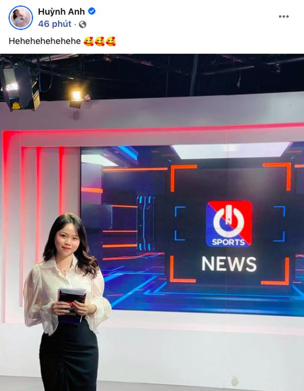 Huỳnh Anh khoe ảnh ở trường quay chương trình thể thao, netizen lập tức cà khịa: Chờ ngày Quang Hải được gọi tên - Ảnh 2.