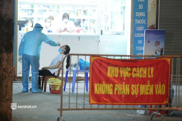 Hà Nội: 3 nữ nhân viên nhà thuốc trên phố Láng Hạ, quận Đống Đa dương tính với SARS-CoV-2 - Ảnh 1.