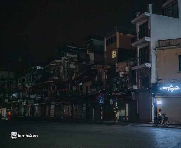 Buổi tối Hà Nội vắng hơn cả Tết: Phố xá nơi đâu cũng thinh lặng, người dân ở nhà đóng cửa chống dịch - Ảnh 4.