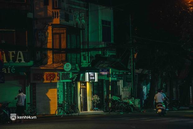 Buổi tối Hà Nội vắng hơn cả Tết: Phố xá nơi đâu cũng thinh lặng, người dân ở nhà đóng cửa chống dịch - Ảnh 6.