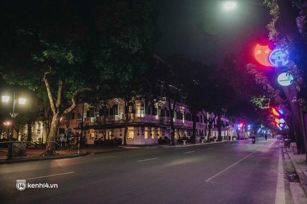 Buổi tối Hà Nội vắng hơn cả Tết: Phố xá nơi đâu cũng thinh lặng, người dân ở nhà đóng cửa chống dịch - Ảnh 7.