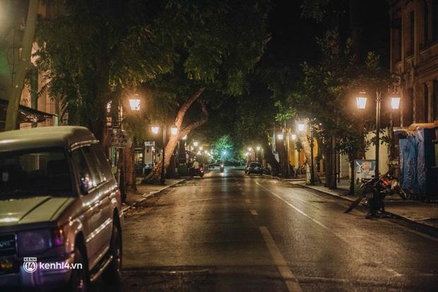 Buổi tối Hà Nội vắng hơn cả Tết: Phố xá nơi đâu cũng thinh lặng, người dân ở nhà đóng cửa chống dịch - Ảnh 8.
