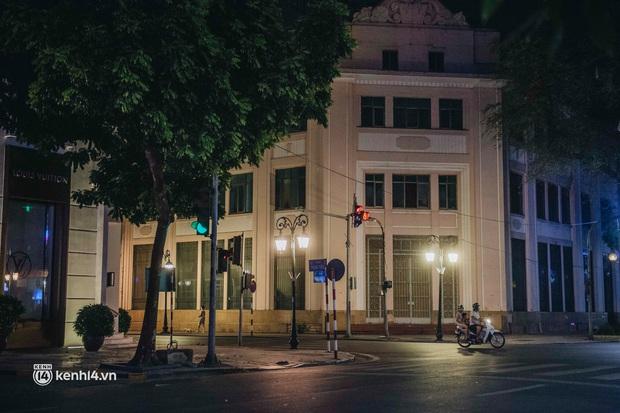 Buổi tối Hà Nội vắng hơn cả Tết: Phố xá nơi đâu cũng thinh lặng, người dân ở nhà đóng cửa chống dịch - Ảnh 9.
