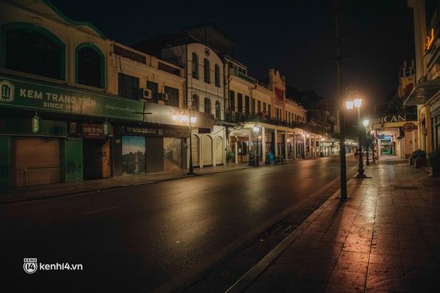 Buổi tối Hà Nội vắng hơn cả Tết: Phố xá nơi đâu cũng thinh lặng, người dân ở nhà đóng cửa chống dịch - Ảnh 16.