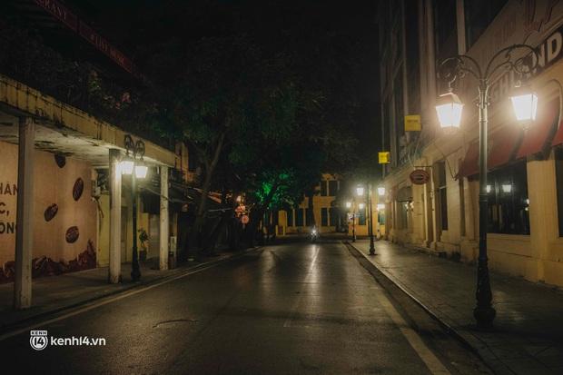 Buổi tối Hà Nội vắng hơn cả Tết: Phố xá nơi đâu cũng thinh lặng, người dân ở nhà đóng cửa chống dịch - Ảnh 18.