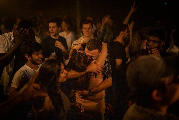 Nước Anh sợ hãi vào Ngày tự do: 50.000 ca nhiễm Covid mới, thanh niên vẫn đổ xô đi bar ăn mừng chấm dứt phong tỏa dài nhất thế giới - Ảnh 1.