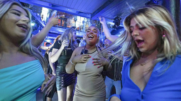Nước Anh sợ hãi vào Ngày tự do: 50.000 ca nhiễm Covid mới, thanh niên vẫn đổ xô đi bar ăn mừng chấm dứt phong tỏa dài nhất thế giới - Ảnh 5.
