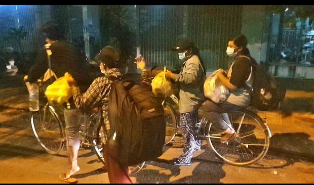 4 mẹ con đạp xe từ Đồng Nai về quê Nghệ An sau 4 tháng thất nghiệp: Em muốn nhường số tiền đó cho những người còn kẹt lại thành phố - Ảnh 3.