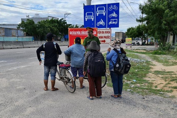 4 mẹ con đạp xe từ Đồng Nai về quê Nghệ An sau 4 tháng thất nghiệp: Em muốn nhường số tiền đó cho những người còn kẹt lại thành phố - Ảnh 1.