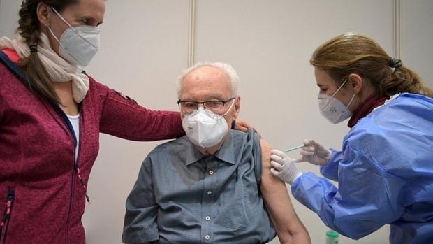 Vaccine ngừa Covid-19 tạo ra sự khác biệt giữa các làn sóng dịch - Ảnh 1.
