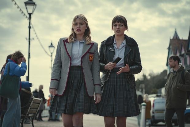 Sex Education tung trailer hé lộ phản diện mùa 3, netizen lại ngất ngang vì tạo hình nữ chính quá khủng khiếp - Ảnh 6.