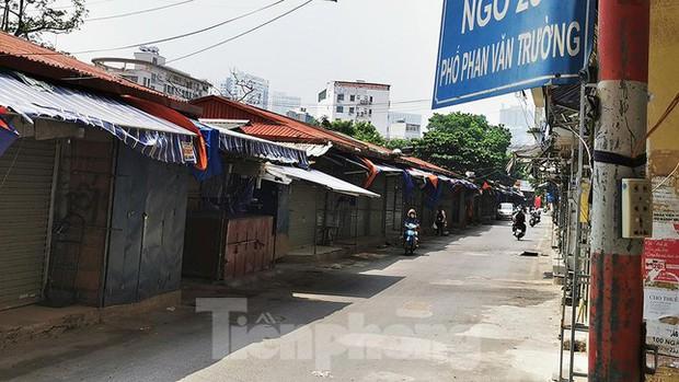Thiên đường mua sắm của sinh viên Hà Nội cửa đóng then cài giữa đại dịch COVID-19 - Ảnh 2.