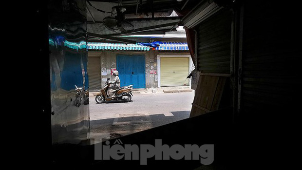 Thiên đường mua sắm của sinh viên Hà Nội cửa đóng then cài giữa đại dịch COVID-19 - Ảnh 3.