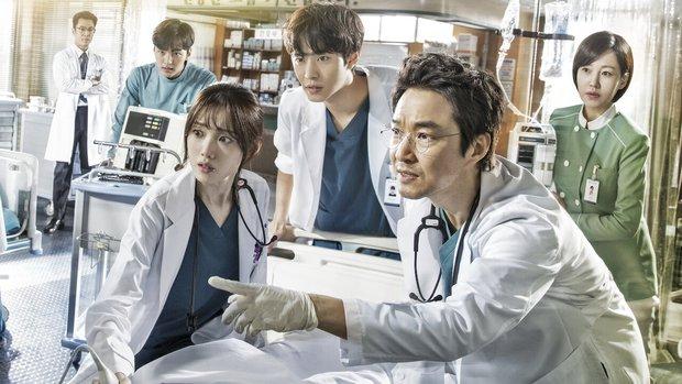 5 lý do đây chính là phim y khoa hoàn hảo để xem mùa dịch: Công phá hàng loạt kỷ lục, mức độ healing chẳng kém Hospital Playlist! - Ảnh 1.
