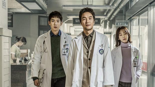5 lý do đây chính là phim y khoa hoàn hảo để xem mùa dịch: Công phá hàng loạt kỷ lục, mức độ healing chẳng kém Hospital Playlist! - Ảnh 10.
