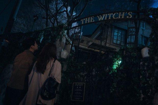 Bàn Tiệc Phù Thủy: Hotel Del Luna bản ngưng tấu hài, mợ ngố Song Ji Hyo thăng cấp visual, ma mị đến rợn người - Ảnh 8.