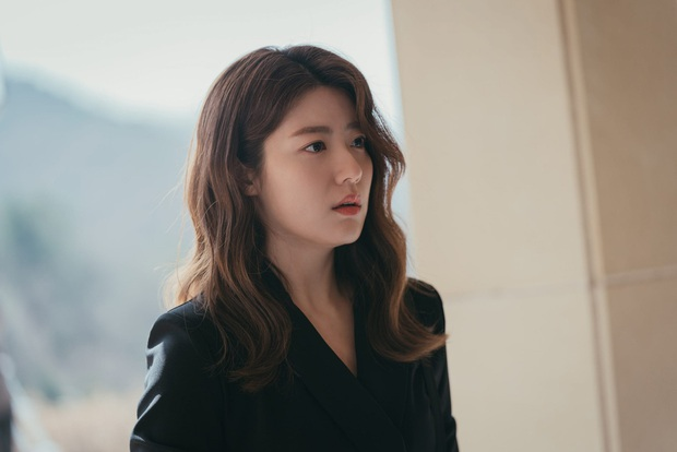 Bàn Tiệc Phù Thủy: Hotel Del Luna bản ngưng tấu hài, mợ ngố Song Ji Hyo thăng cấp visual, ma mị đến rợn người - Ảnh 5.
