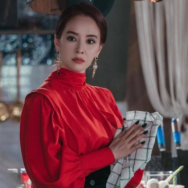 Bàn Tiệc Phù Thủy: Hotel Del Luna bản ngưng tấu hài, mợ ngố Song Ji Hyo thăng cấp visual, ma mị đến rợn người - Ảnh 4.