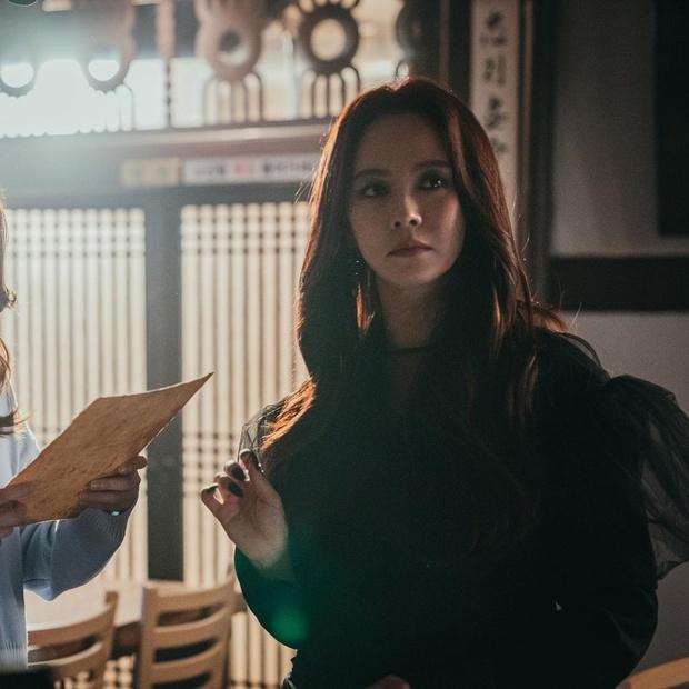 Bàn Tiệc Phù Thủy: Hotel Del Luna bản ngưng tấu hài, mợ ngố Song Ji Hyo thăng cấp visual, ma mị đến rợn người - Ảnh 10.