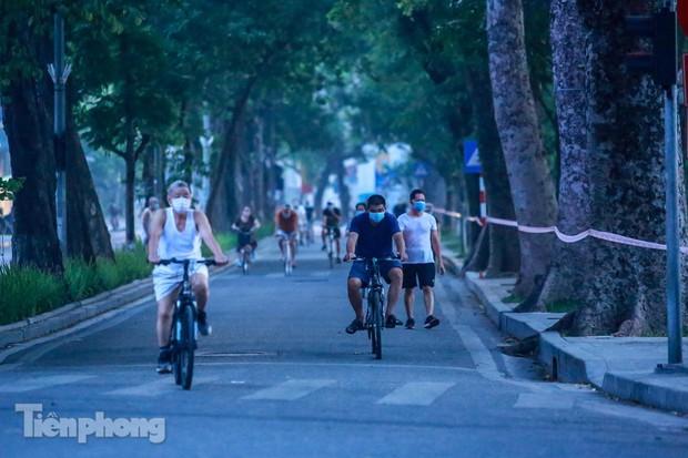 Né lực lượng chức năng, người dân Thủ đô rủ nhau tập thể dục lúc 3 giờ sáng - Ảnh 10.