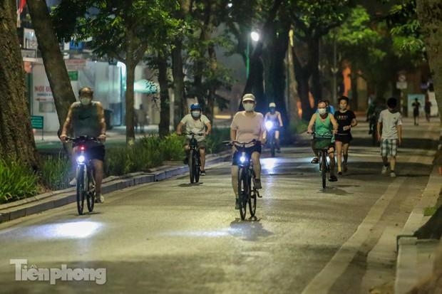 Né lực lượng chức năng, người dân Thủ đô rủ nhau tập thể dục lúc 3 giờ sáng - Ảnh 3.