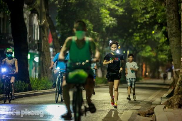 Né lực lượng chức năng, người dân Thủ đô rủ nhau tập thể dục lúc 3 giờ sáng - Ảnh 4.