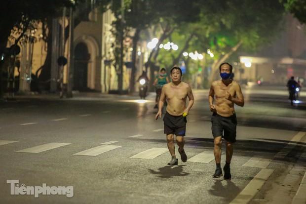 Né lực lượng chức năng, người dân Thủ đô rủ nhau tập thể dục lúc 3 giờ sáng - Ảnh 5.