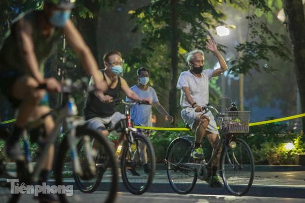 Né lực lượng chức năng, người dân Thủ đô rủ nhau tập thể dục lúc 3 giờ sáng - Ảnh 7.