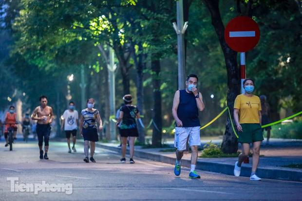 Né lực lượng chức năng, người dân Thủ đô rủ nhau tập thể dục lúc 3 giờ sáng - Ảnh 11.