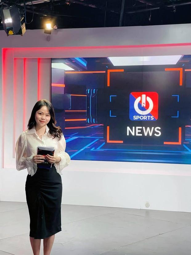 Huỳnh Anh khoe ảnh ở trường quay chương trình thể thao, netizen lập tức cà khịa: Chờ ngày Quang Hải được gọi tên - Ảnh 3.
