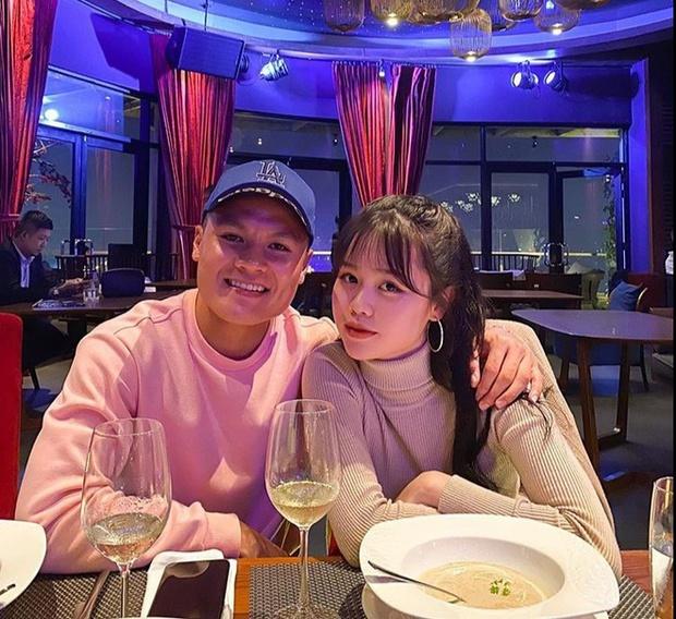 Huỳnh Anh khoe ảnh ở trường quay chương trình thể thao, netizen lập tức cà khịa: Chờ ngày Quang Hải được gọi tên - Ảnh 5.