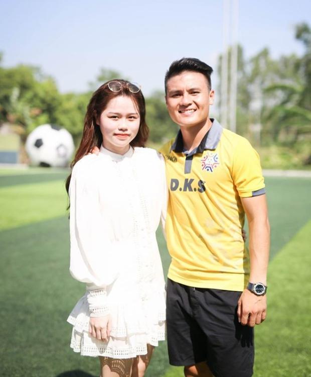 Huỳnh Anh khoe ảnh ở trường quay chương trình thể thao, netizen lập tức cà khịa: Chờ ngày Quang Hải được gọi tên - Ảnh 4.