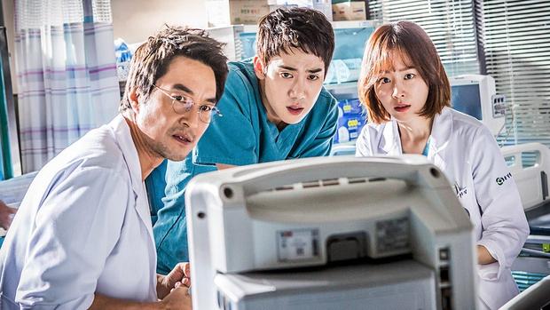 5 lý do đây chính là phim y khoa hoàn hảo để xem mùa dịch: Công phá hàng loạt kỷ lục, mức độ healing chẳng kém Hospital Playlist! - Ảnh 2.