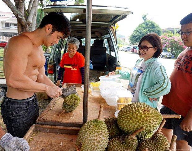"""Từng nổi toàn mạng châu Á vì bức ảnh chụp trộm vu vơ ngoài chợ, """"hot boy bán sầu riêng"""" 6 múi năm nào giờ có cuộc sống đổi đời ra sao? - Ảnh 4."""