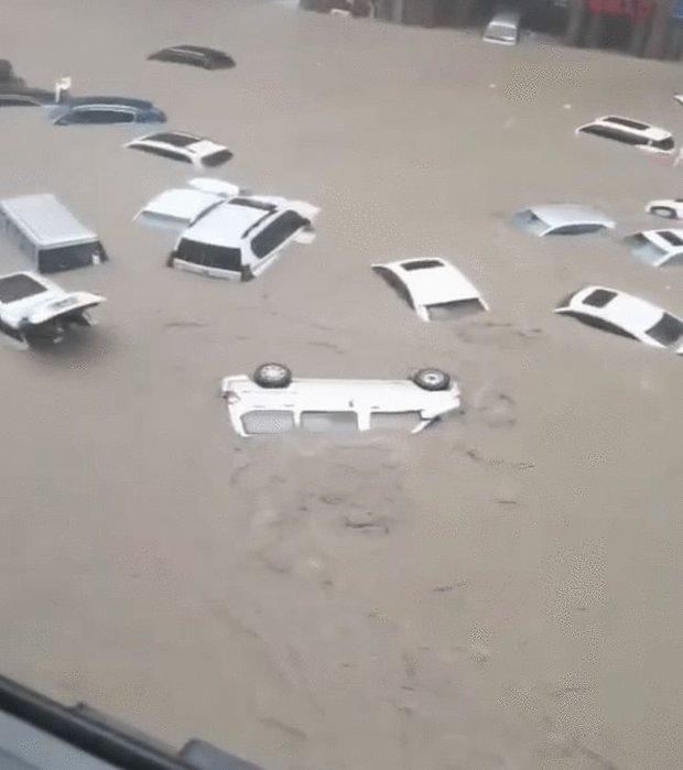Đoàn tàu chở 735 hành khách mắc kẹt suốt 40 tiếng do mưa lũ ở Trung Quốc, cầu cứu vì cạn kiệt lương thực và có người ngất xỉu - Ảnh 5.