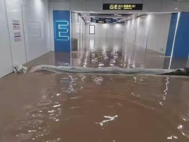 Đoàn tàu chở 735 hành khách mắc kẹt suốt 40 tiếng do mưa lũ ở Trung Quốc, cầu cứu vì cạn kiệt lương thực và có người ngất xỉu - Ảnh 6.