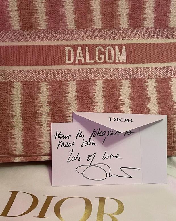 Sướng như cún cưng nhà Jisoo (BLACKPINK): Được tận 3 lãnh đạo cao cấp của Dior gửi thư tay, quà có giá gần 80 triệu đồng - Ảnh 4.