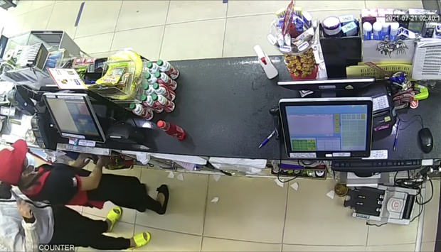 Clip of a female employee of the store, who were robbed wildly by a young man with a knife in the morning in Saigon - Photo 1.