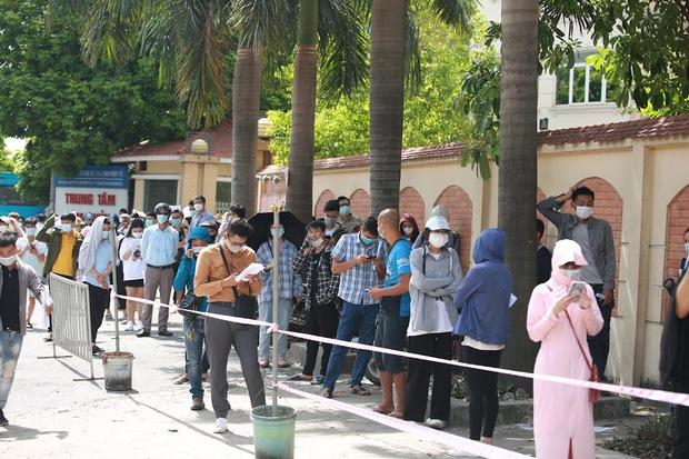 Vụ chen lấn chờ xét nghiệm Covid-19 tại Hà Nội: Viện bất ngờ dừng hoạt động, nhiều người thẫn thờ ra về - Ảnh 1.