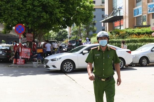 Vụ chen lấn chờ xét nghiệm Covid-19 tại Hà Nội: Viện bất ngờ dừng hoạt động, nhiều người thẫn thờ ra về - Ảnh 6.