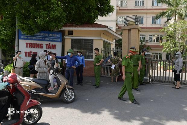 Vụ chen lấn chờ xét nghiệm Covid-19 tại Hà Nội: Viện bất ngờ dừng hoạt động, nhiều người thẫn thờ ra về - Ảnh 4.