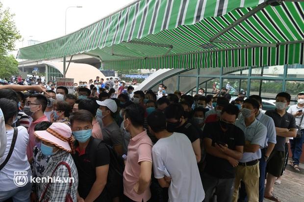 Vụ chen lấn chờ xét nghiệm Covid-19 tại Hà Nội: Viện bất ngờ dừng hoạt động, nhiều người thẫn thờ ra về - Ảnh 7.