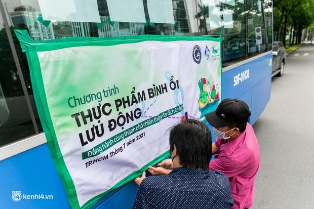 Ảnh, clip: Những chiếc xe buýt chở đầy rau củ với giá bình ổn cho người dân Sài Gòn những ngày giãn cách xã hội - Ảnh 2.