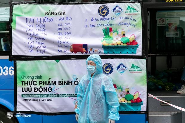 Ảnh, clip: Những chiếc xe buýt chở đầy rau củ với giá bình ổn cho người dân Sài Gòn những ngày giãn cách xã hội - Ảnh 15.