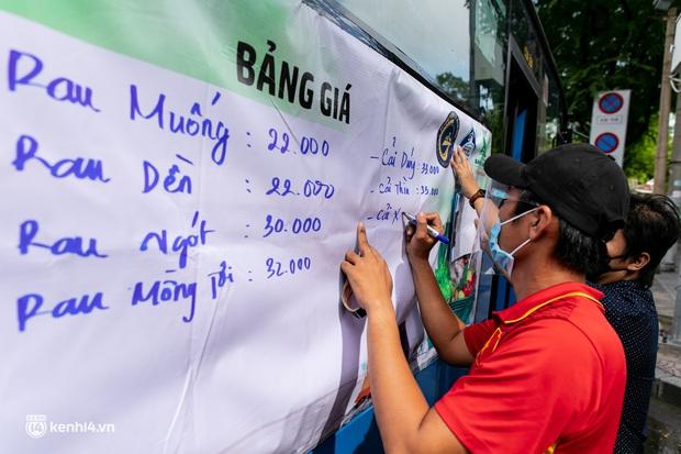Ảnh, clip: Những chiếc xe buýt chở đầy rau củ với giá bình ổn cho người dân Sài Gòn những ngày giãn cách xã hội - Ảnh 3.
