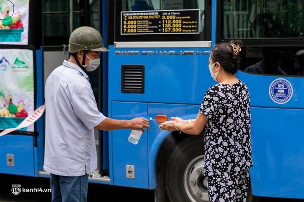 Ảnh, clip: Những chiếc xe buýt chở đầy rau củ với giá bình ổn cho người dân Sài Gòn những ngày giãn cách xã hội - Ảnh 5.