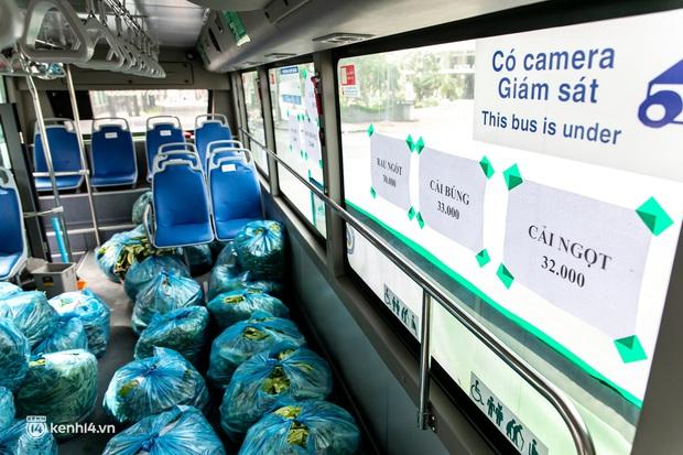 Ảnh, clip: Những chiếc xe buýt chở đầy rau củ với giá bình ổn cho người dân Sài Gòn những ngày giãn cách xã hội - Ảnh 6.